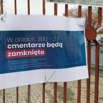 Cmentarze w Radomsku zostały zamknięte. Kwiaty i znicze pod cmentarną bramą