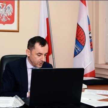 O rodzinach zastępczych i drogach na zdalnym posiedzeniu Komisji Rozwoju Powiatu