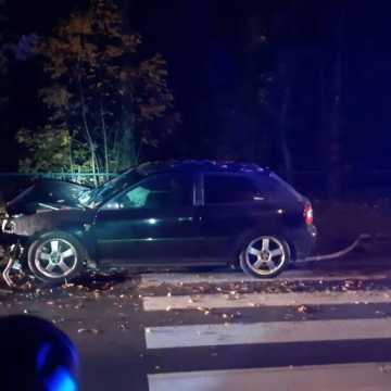 Pijany 24-latek uderzył w drzewo na ul. Brzeźnickiej w Radomsku