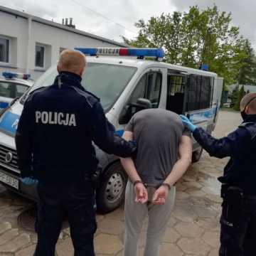 Bełchatów: dwaj bracia pobili i okradli mężczyznę