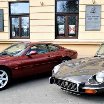 Wystawa zabytkowych pojazdów przed ratuszem muzeum w Radomsku