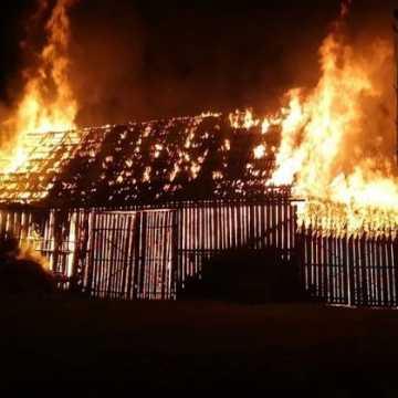 Potrzebna pomoc przy odbudowie stodoły, która spłonęła we Włynicach