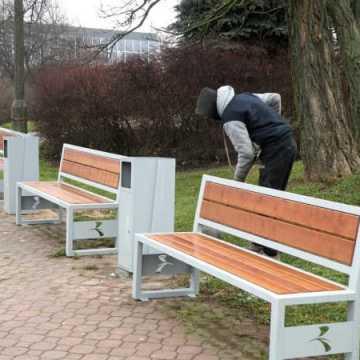 Nowe ławki i kosze w Parku Solidarności