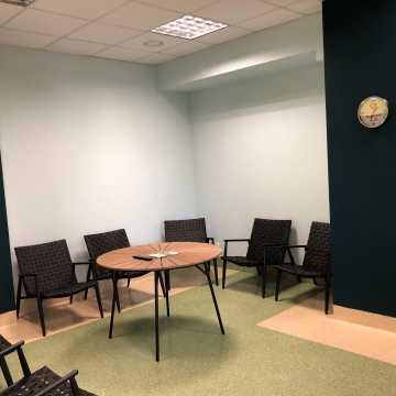 Nowa, nowoczesna sala wypoczynkowa dla pacjentów szpitala powiatowego