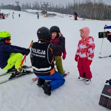 Policyjna profilaktyka na Górze Kamieńsk. Dzieci otrzymały kaski narciarskie