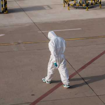 Osoby wierzące, że pandemia jest spiskiem, dotkliwiej odczuwają jej skutki