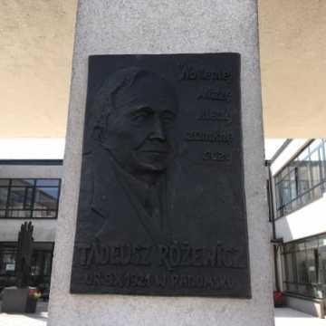 Odsłonięcie płaskorzeźby Tadeusza Różewicza