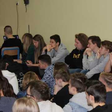 Mówca Łukasz Krasoń motywował uczniów Elektryka
