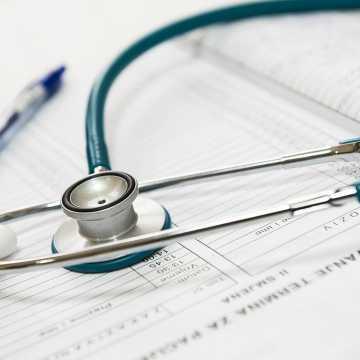 Okres pracy zdalnej to nie czas na realizację zaległych wizyt lekarskich. Apel rektora WAM do Polaków