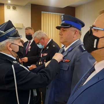 """Arkadiusz Ciach zwrócił przyznane mu odznaczenie. W starostwie w Radomsku wręczono odznaki """"Zasłużony dla Ochrony Przeciwpożarowej"""""""