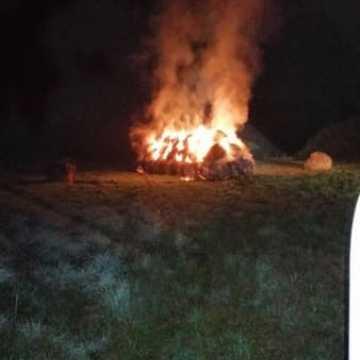 Pożar 50 balotów siana w Kuźnicy