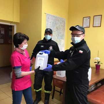 Strażacy z OSP z pow. radomszczańskiego dostarczają płyny dezynfekujące do placówek
