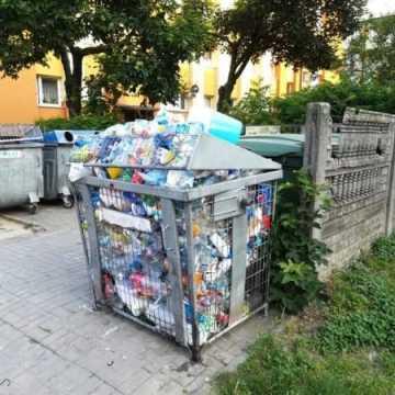 Przepełnione kosze na śmieci. Stanowisko PGK