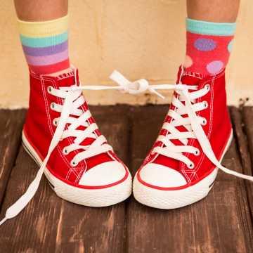 Kolorowe skarpetki i trampki - jak stworzyć parę idealną?