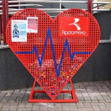 Pojemniki w kształcie serca wypełniają się nakrętkami