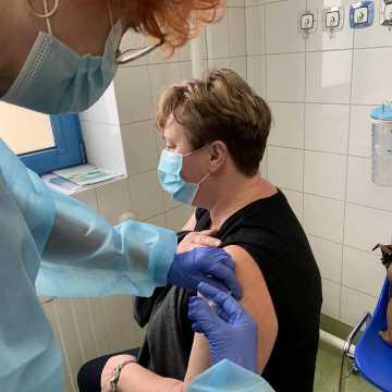 W szpitalu w Radomsku ruszyły szczepienia nauczycieli