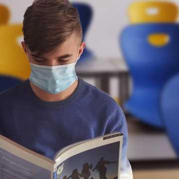 Nie będzie obowiązku zasłaniania nosa i ust w miejscach wspólnych w każdej szkole