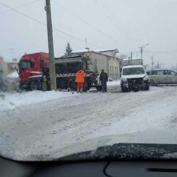 Kolizja z udziałem pługa na skrzyżowaniu ul. Poprzecznej z Sucharskiego w Radomsku