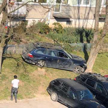 Uderzyła w dwa samochody i drzewo