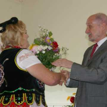 Wiceminister przekazał czek dla Stowarzyszenia Kobiet Kietlina