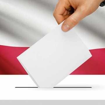 Członkowie komisji wyborczych w rękawiczkach i przyłbicach, urny dezynfekowane