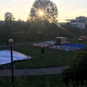 Seans filmowy pod chmurką w parku Solidarności