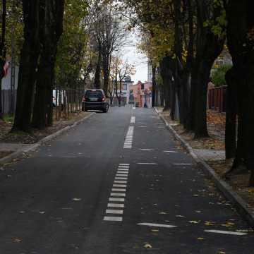Piotrków Tryb.: ulica Staszica z wodociągiem i asfaltem