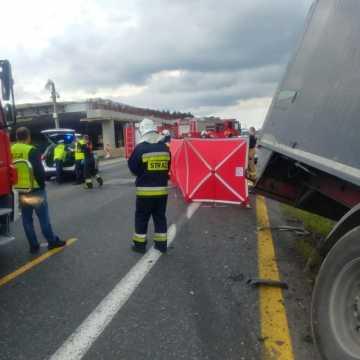 [AKTUALIZACJA] Brodowe: samochód ciężarowy zderzył się czołowo z osobówką. Jedna osoba nie żyje
