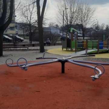 Place zabaw i siłownie zewnętrze w Radomsku jednak otwarte