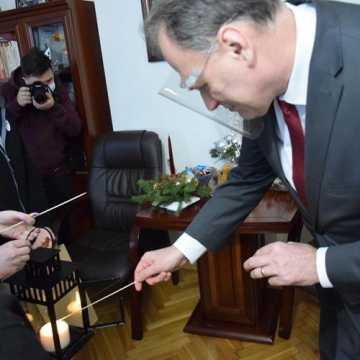 Betlejemskie Światło Pokoju w urzędzie miasta w Radomsku
