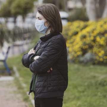 Ministerstwo Zdrowia apeluje: korzystając z miejsc publicznych pamiętajmy, żeby zachować dystans