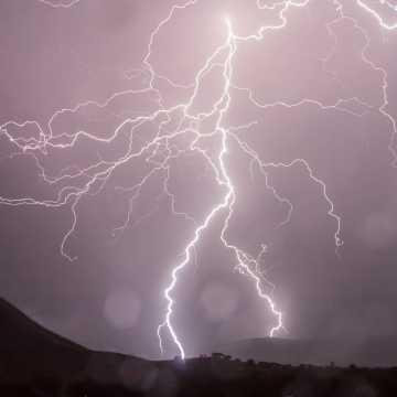 Meteorolodzy ostrzegają przed burzami z gradem oraz silnym wiatrem