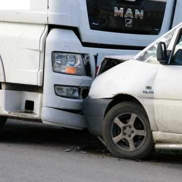 Chciał uniknąć zderzenia z koparko-ładowarką. Uderzył w zaparkowany pojazd