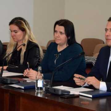 """Radni powiatowi PiS wnioskują o finansowy """"monitoring"""" w oświacie"""
