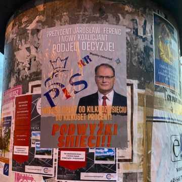 Plakaty obwiniają prezydenta Ferenca i nowego koalicjanta z PIS za podwyżkę za odbiór śmieci