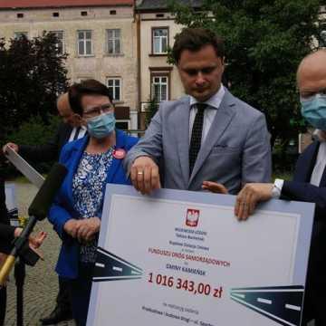 Wojewoda wręczył czeki na dofinansowanie drogowych inwestycji