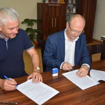 Podpisano umowę na remonty dróg na terenie gminy Kamieńsk