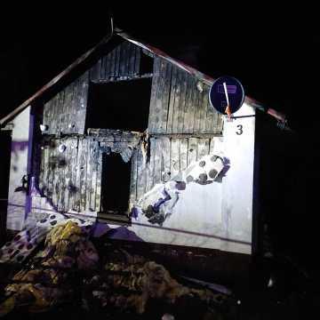 W Brudzicach spalił się niezamieszkany dom. To kolejny pożar w tej miejscowości