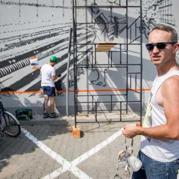 """""""Tkaczka przy pracy"""": w Bełchatowie powstaje nowy mural"""