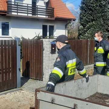 Strażacy z OSP Sucha Wieś zbierali złom. Kasa ze sprzedaży pomoże w zakupie sprzętu ratowniczo-gaśniczego