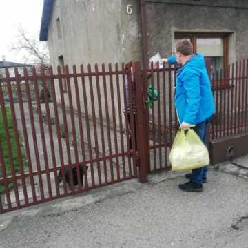 Wolontariusze roznoszą maseczki na Kowalowcu w Radomsku