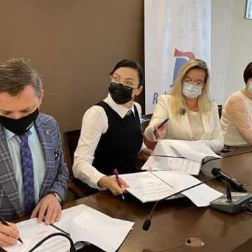 I LO w Radomsku doczeka się nowoczesnego boiska. Wicemarszałek podpisał umowę