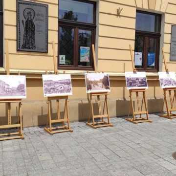 """Plenerowa wystawa przed muzeum: """"Radomsko na starej pocztówce"""""""