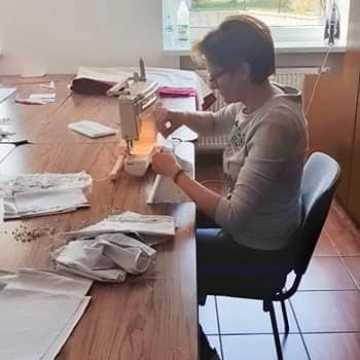 Mieszkanki gminy Wielgomłyny szyją maseczki