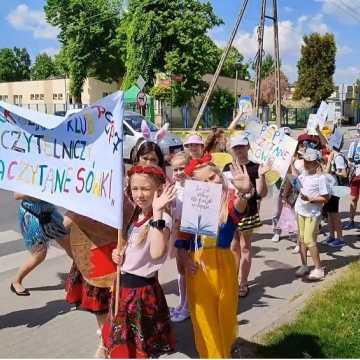 """""""Siódemka"""" w Radomsku promuje czytelnictwo – happening szkolnego klubu czytelniczego"""