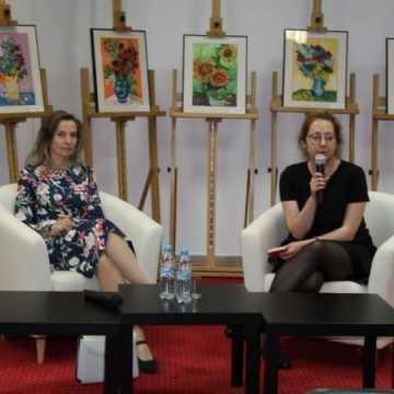 Spotkanie z laureatką nagrody NIKE - Joanną Bator w bibliotece w Radomsku