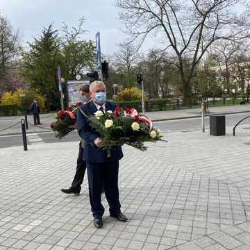 Święto Pracy z symboliczną tablicą i kwiatami