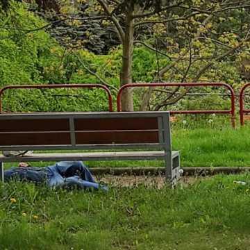 Bezdomne i pijane osoby opanowały miasto. Czy na tym polega otwartość Radomska?