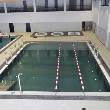 Obsługa nowego basenu w Radomsku kompletowana. Termin otwarcia – nie wiadomo