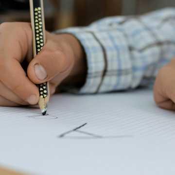 Uczniowie klas I-III szkół podstawowych w całym kraju wracają do nauki stacjonarnej